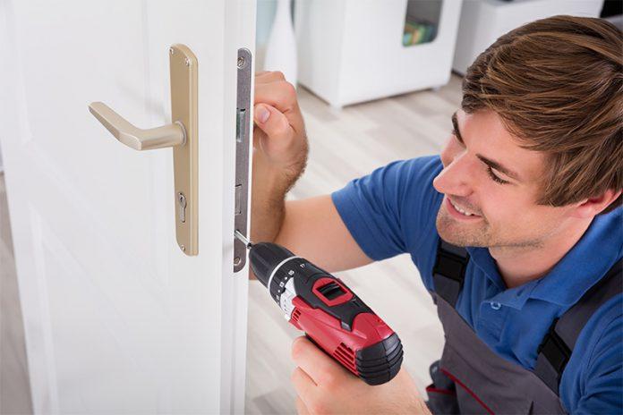Türen aus Vollholz oder Verbundspanplatte sind schwer und stabil.