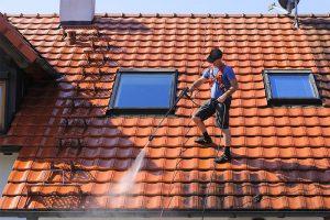 Vor dem Auftragen der Beschichtung erfolgt eine gründliche Reinigung des Daches und eine Kontrolle auf Beschädigungen.