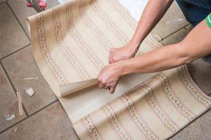 Florale Muster und Streifen zählen zu den beliebtesten Aufdrucken bei Tapeten.