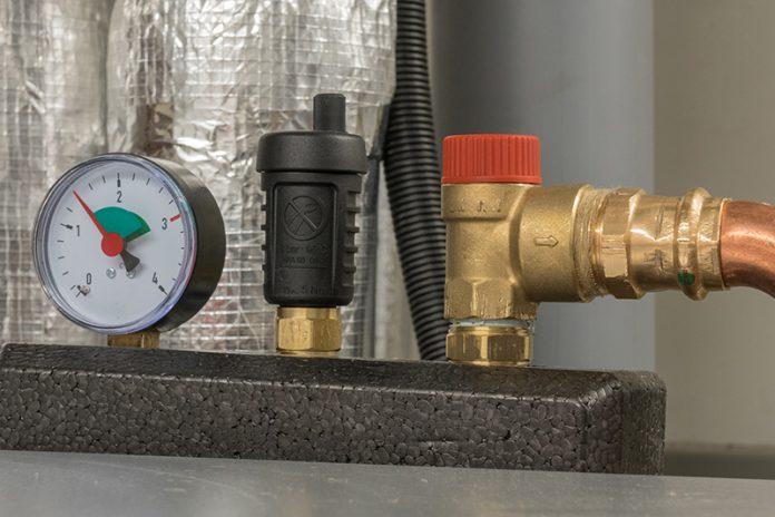Das Nachfüllen von Heizungswasser erfordert Fachkenntnisse. Falls Sie mit der Materie nicht vertraut sind, sollten Sie diese Arbeit einem Profi überlassen.