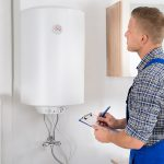 Warmwasserspeicher können mit Energie aus der Wärmepumpe, Photovoltaik oder Strom und Gas betrieben werden.
