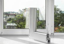 Welche Fensterarten passen zu Ihnen? Zur Auswahl stehen Fenster aus Kunststoff, Aluminium oder Holz, es gibt aber auch Kombinationen.