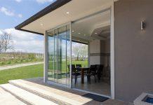 Bei Terrassentüren entscheiden sich viele für Schiebetüren mit großer Glasfront.