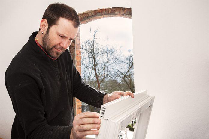 Fenster aus Kunststoff sind günstig in der Anschaffung und gelten als pflegeleicht und langlebig.