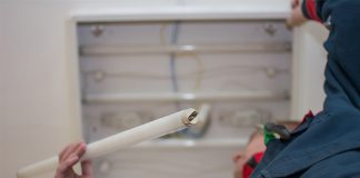 Nicht nur sparsamer: Der Umstieg von Leuchtstoffröhren auf LED-Röhren bietet weitere Vorteile.