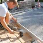 Pflastersteine erfreuen sich als Bodenbelag für die Hauseinfahrt großer Beliebtheit.