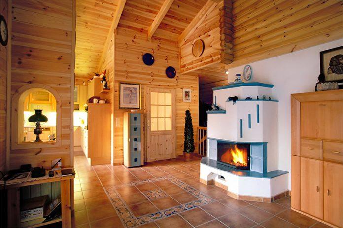 Kachelöfen sind nach wie vor eine beliebte Heizungsform. Aber auch ein Kamin mit Glastür kann begeistern.