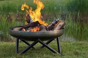 Mit Feuerschalen gibt es keinen Funkenflug nach unten. Sind die Standbeine ausreichend lang, ist auch der Rasen vor zu großer Hitzeeinwirkung sicher.