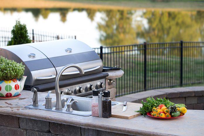 Mehr Zeit für Ihre Gäste: Mit einer Outdoor-Küche sparen Sie sich bei Grillfesten die Lauferei zwischen Küche und Garten.