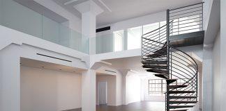 Eine Wendeltreppe ist ein wahres Platzspar-Wunder. Doch bedenken Sie: Aufgrund der Bauform ist der Transport sperriger Gegenstände nicht so einfach möglich.
