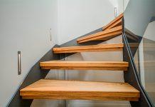 Treppen gibt es in verschiedenen Bauformen und Materialien. Um sie entsprechend sicher zu gestalten, gibt der Gesetzgeber mitunter strenge Richtlinien vor.