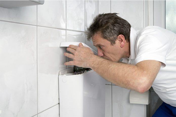 Toilettenspülung zu schwach? Ein Blick in den Spülkasten kann bereits oft Aufschluss über das Problem geben.