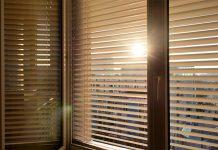 Viele schlafen bei völlig verdunkelten Fenstern erst so richtig gut. Für die Verdunkelung gibt es mehrere Möglichkeiten.