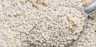 Bei Perlit handelt es sich um einen mineralischen Dämmstoff aus geblähtem Vulkanglas.