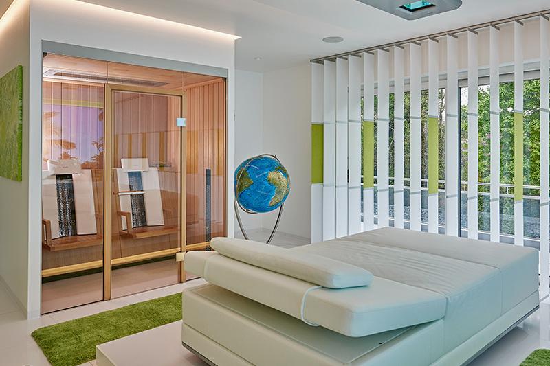 Fühlt sich an wie Hotel, ist aber zuhause: Eine KLAFS-Infrarotkabine in einem privaten Eigenheim.