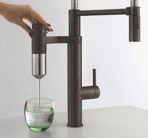Die Filterkapsel filtert Mikroplastik, Rost, Chlor, Medikamentenrückstände und Hormone aus dem Wasser. Zudem werden 99 % der Bakterien und Viren entfernt.