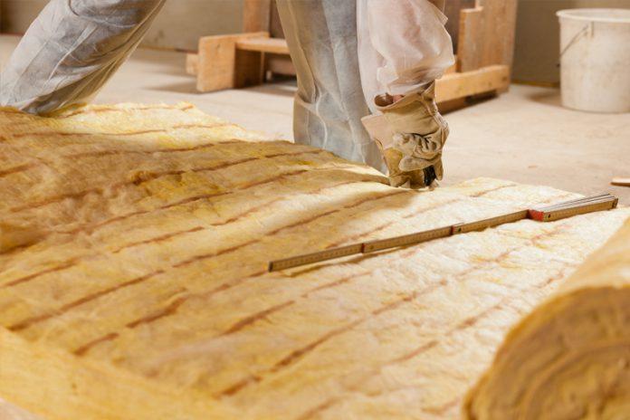 Clevere Dämmung: Mineralwolle lässt sich von Fachleuten wie auch von Heimwerkern gleichermaßen problemlos verarbeiten.