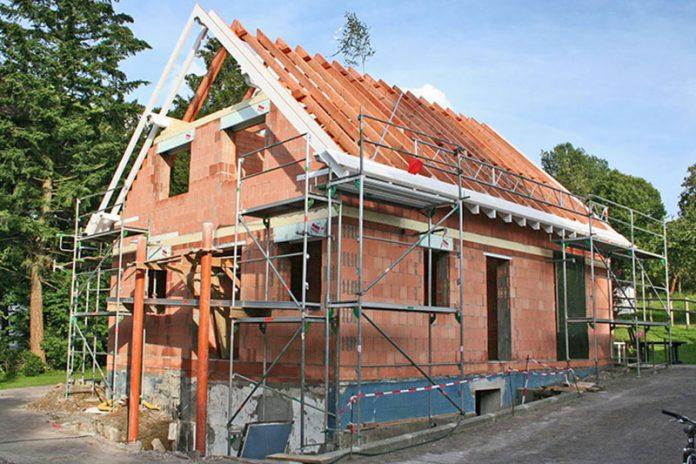 Keine Chance für Einbrecher: Durch das Bauen mit Ziegeln wird sichergestellt, dass sich einbruchhemmende Bauteile problemlos befestigen lassen.