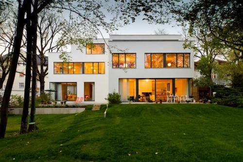 Architekturvielfalt mit Ziegel: Zwei versetzte Kuben mit voneinander unabhängigen Wohneinheiten bilden dieses außergewöhnliche Doppelhaus. Errichtet aus verfülltem Ziegel, garantiert der Neubau Wohngesundheit und auf Dauer niedrige Heizkosten.